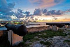 Horizon de La Havane de forteresse d'EL Morro au crépuscule Photos stock
