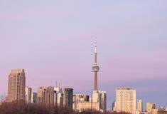 Horizon de la ville canadienne de Toronto pendant le coucher du soleil avec a Image libre de droits