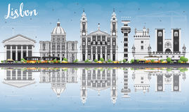 Horizon de Lisbonne avec Gray Buildings, le ciel bleu et les réflexions Images stock
