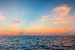 Horizon de littoral avec beau après fond de ciel de coucher du soleil Photos libres de droits