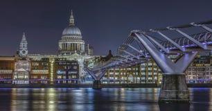 Horizon de Londres avec la cathédrale du ` s de pont et de St Paul de millénaire dessus Image stock