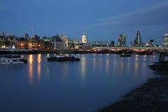 Horizon de Londres, scène de nuit Photographie stock libre de droits