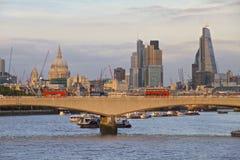 Horizon de Londres vers la ville avec l'autobus rouge Image stock