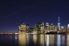 Horizon de Lower Manhattan au crépuscule Photographie stock libre de droits