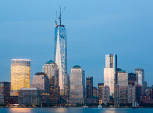 Horizon de Lower Manhattan la nuit Photo stock
