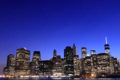 Horizon de Lower Manhattan la nuit, New York City Photographie stock libre de droits