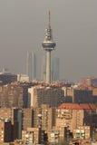Horizon de Madrid avec la tour de transmission Photo stock