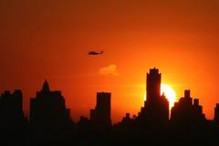 Horizon de Manhattan au coucher du soleil image stock