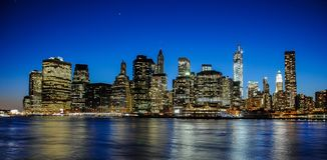 Horizon de Manhattan au coucher du soleil, clôturé à la nuit Vue gentille depuis Brooklyn photos stock