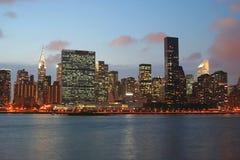 Horizon de Manhattan au crépuscule Photo libre de droits