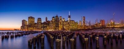 Horizon de Manhattan avec l'un World Trade Center construisant à la TW Images stock