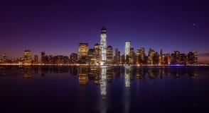 Horizon de Manhattan avec l'un World Trade Center construisant à la TW Photo libre de droits