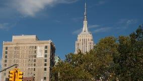 Horizon de Manhattan avec le dessus de l'Empire State Building clips vidéos