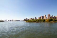 Horizon de Manhattan d'un bateau Images stock