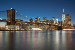 Horizon de Manhattan et passerelle de Brooklyn Photographie stock