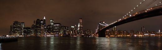 Horizon de Manhattan et passerelle de Brooklyn la nuit Images libres de droits