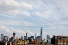 Horizon de Manhattan inférieure comprenant le nouveau World Trade Center et la vieille tour d'eau en bois Photographie stock