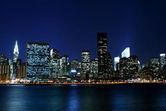 Horizon de Manhattan la nuit Images libres de droits