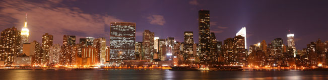 Horizon de Manhattan la nuit Images stock