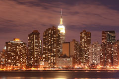 Horizon de Manhattan la nuit Photographie stock libre de droits