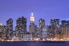 Horizon de Manhattan la nuit Photos libres de droits
