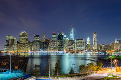 Horizon de Manhattan la nuit Photographie stock libre de droits