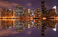 Horizon de Manhattan la nuit Image stock