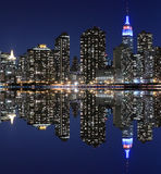 Horizon de Manhattan la nuit, New York City Photographie stock