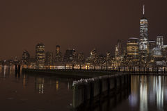 Horizon de Manhattan la nuit, New York City Photographie stock