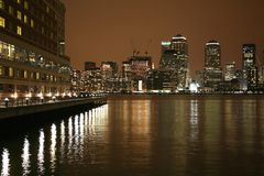 Horizon de Manhattan par nuit Photographie stock libre de droits