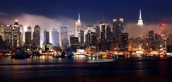 Horizon de Manhattan une nuit brumeuse Photographie stock libre de droits