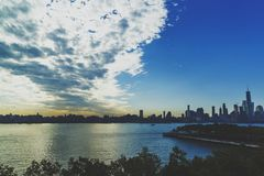 Horizon de Manhattan vu de Hoboken avec le ciel dramatique Image libre de droits