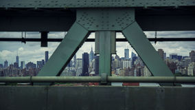 Horizon de Manhattan vu par un pont Images stock