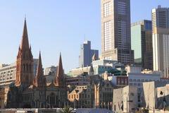 Horizon de Melbourne avec la cathédrale Photographie stock libre de droits