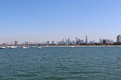 Horizon de Melbourne de la mer Photo stock