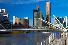 Horizon de Melbourne et pont de marins Images stock