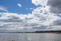 Horizon de Melbourne vu de Brighton Beach Photo stock