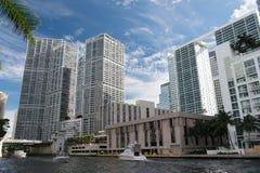 Horizon de Miami du centre sur le fond de ciel bleu aux Etats-Unis Images libres de droits