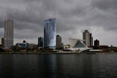 Horizon de Milwaukee sous des nuages de tempête images stock