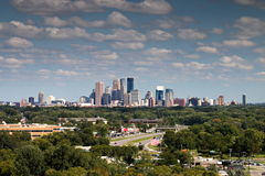 Horizon de Minneapolis au-dessus de vallée d'or de Plymouth, Minnesota Images libres de droits