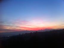 Horizon de montagne de Monviso avec le coucher du soleil rouge Photo stock