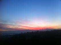 Horizon de montagne de Monviso avec le coucher du soleil rouge Image stock