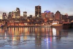 Horizon de Montréal au crépuscule en hiver image stock