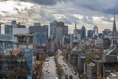 Horizon de Montréal CBD vu du secteur de Le Village sur la rue de Rene Levesque Boulevard pendant un après-midi nuageux photos stock