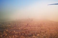 Horizon de négligence de Dubaï par la fenêtre d'avions Photo libre de droits