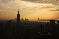 Horizon de New York au coucher du soleil Photographie stock libre de droits