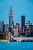 Horizon de New York au crépuscule Photographie stock libre de droits