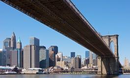 Horizon de New York avec la passerelle de Brooklyn Photo libre de droits