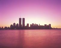 Horizon de New York City au coucher du soleil Photographie stock libre de droits