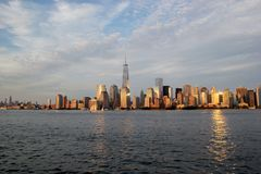 Horizon de New York City au crépuscule images libres de droits